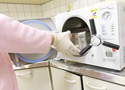 オートクレーブ(高圧蒸気滅菌)にて治療器具を滅菌します