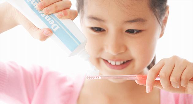 歯みがきをする女の子